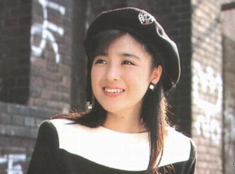 帽子をかぶる菊池桃子